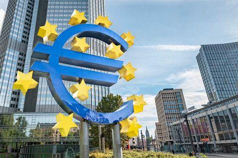 ECB sitter still i båten